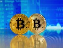 Χρυσό και ασημένιο bitcoin στο μπλε αφηρημένο υπόβαθρο χρηματοδότησης Cryptocurrency Bitcoin Στοκ Φωτογραφίες