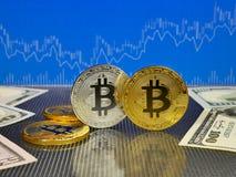Χρυσό και ασημένιο bitcoin στο μπλε αφηρημένο υπόβαθρο χρηματοδότησης Cryptocurrency Bitcoin Στοκ Εικόνα