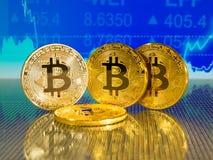 Χρυσό και ασημένιο bitcoin στο μπλε αφηρημένο υπόβαθρο χρηματοδότησης Cryptocurrency Bitcoin Στοκ Εικόνες