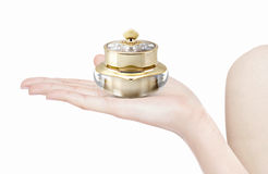 Χρυσό καλλυντικό βάζο κορωνών σε διαθεσιμότητα Στοκ φωτογραφία με δικαίωμα ελεύθερης χρήσης
