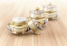 Χρυσό καλλυντικό βάζο κορωνών στο ξύλο Στοκ φωτογραφίες με δικαίωμα ελεύθερης χρήσης