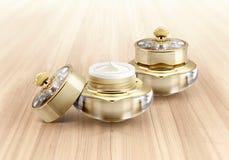 Χρυσό καλλυντικό βάζο κορωνών στο ξύλο Στοκ Φωτογραφίες
