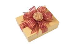 Χρυσό κιβώτιο δώρων τη ροδαλή κορδέλλα και την κόκκινη κορδέλλα που απομονώνονται με στο λευκό Στοκ Φωτογραφία