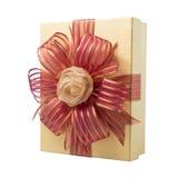 Χρυσό κιβώτιο δώρων τη ροδαλή κορδέλλα και την κόκκινη κορδέλλα που απομονώνονται με στο λευκό Στοκ Εικόνες