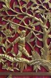 Χρυσό κινεζικό ξύλο ύφους που χαράζεται στον κόκκινο τοίχο Στοκ Εικόνες