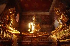 Χρυσό κλασικό άγαλμα του Βούδα στο πεζούλι Suthatthepphaararam tem Στοκ Φωτογραφίες