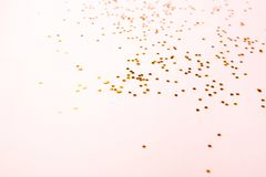 Χρυσό κομφετί χρώματος στο ροζ στοκ φωτογραφία