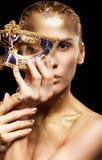 Χρυσό κορίτσι στο μαύρο υπόβαθρο Θηλυκό με το venecian μεταμφιέσεων Στοκ φωτογραφίες με δικαίωμα ελεύθερης χρήσης