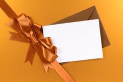 Χρυσό κορδέλλα υποβάθρου δώρων Χριστουγέννων και τόξο, ετικέττα δώρων ή κάρτα Χριστουγέννων, διάστημα αντιγράφων Στοκ εικόνες με δικαίωμα ελεύθερης χρήσης