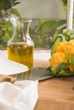 Χρυσό κουνουπίδι με μια ψηλή βροχή του λάδι-γαστρονομικού μαγειρέματος ελιών Στοκ εικόνα με δικαίωμα ελεύθερης χρήσης