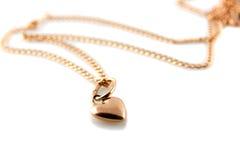 χρυσό κρεμαστό κόσμημα καρδιών αλυσίδων Στοκ Φωτογραφία