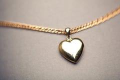 Χρυσό κρεμαστό κόσμημα καρδιών Στοκ φωτογραφίες με δικαίωμα ελεύθερης χρήσης