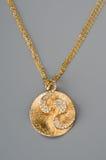 Χρυσό κρεμαστό κόσμημα σε μια αλυσίδα Στοκ Εικόνες