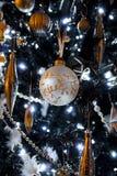 χρυσό κυρίως δέντρο διακοσμήσεων Χριστουγέννων Στοκ Φωτογραφία