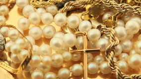 Χρυσό κόσμημα και ζουμ μαργαριταριών απόθεμα βίντεο
