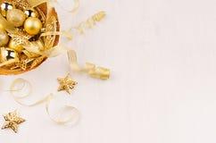 Χρυσό κύπελλο με τα αστέρια Χριστουγέννων, σφαίρες, κορδέλλες στο λευκό ξύλινο πίνακα, τοπ άποψη Στοκ φωτογραφίες με δικαίωμα ελεύθερης χρήσης