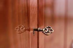 Χρυσό κλειδί για τα παλαιά έπιπλα Στοκ φωτογραφία με δικαίωμα ελεύθερης χρήσης