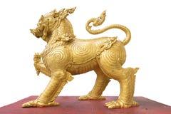 χρυσό λιοντάρι που στέκεται στο κόκκινο έδαφος στοκ εικόνα