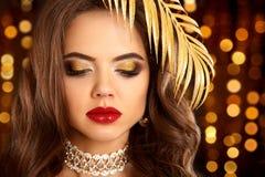 Χρυσό μάτι ομορφιάς makeup Πορτρέτο brunette μόδας στο χρυσό φύλο Στοκ φωτογραφία με δικαίωμα ελεύθερης χρήσης