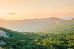 Χρυσό μαλακό φως του ηλιοβασιλέματος πέρα από τα της Κριμαίας βουνά στοκ φωτογραφία με δικαίωμα ελεύθερης χρήσης