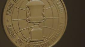 Χρυσό μετάλλιο με την κινηματογράφηση σε πρώτο πλάνο κορδελλών tricolor Μετάλλιο για την πρώτη θέση στον ανταγωνισμό στο τζούντο  Στοκ φωτογραφία με δικαίωμα ελεύθερης χρήσης
