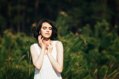 χρυσό μοντέλο μόδας φορεμ Κορίτσι με το χαριτωμένο hairstyle στη φύση Στοκ εικόνες με δικαίωμα ελεύθερης χρήσης