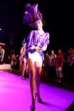 χρυσό μοντέλο μόδας φορεμ Στοκ Φωτογραφία
