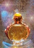 Χρυσό μπουκάλι αρώματος Στοκ φωτογραφίες με δικαίωμα ελεύθερης χρήσης