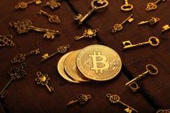 Χρυσό νόμισμα νομίσματος BitCoin με τα κλειδιά θησαυρών στοκ φωτογραφία