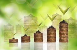 Χρυσό νόμισμα σωρών με την αντανάκλαση πέρα από το πράσινο υπόβαθρο Στοκ Εικόνες