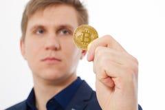 Χρυσό νόμισμα bitcoin με το χρυσό σύμβολο στο χέρι ατόμων που απομονώνεται στο άσπρο υπόβαθρο Επιχειρηματίας και έννοια επιτυχίας Στοκ Φωτογραφίες