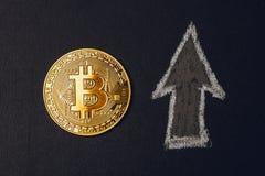 Χρυσό νόμισμα Bitcoin - νέο σύμβολο cryptocurrency στο μαύρα υπόβαθρο και το βέλος ΕΠΑΝΩ Στοκ Εικόνα