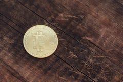 Χρυσό νόμισμα bitcoin στο ξύλινο υπόβαθρο, copyspace Στοκ Φωτογραφίες