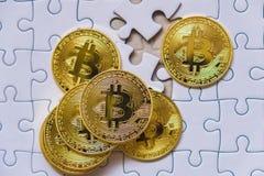 Χρυσό νόμισμα Bitcoin Cryptocurrency Ελλείποντα κομμάτια γρίφων τορνευτικών πριονιών Τελικός στόχος Compliting επιχειρησιακής ένν Στοκ Φωτογραφία