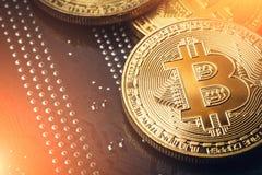 Χρυσό νόμισμα bitcoin Cryptocurrency με την ελαφριά επίδραση εννοιολογική εικόνα για crypto το νόμισμα Στοκ εικόνα με δικαίωμα ελεύθερης χρήσης