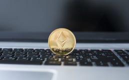 Χρυσό νόμισμα Ethereum σε ένα lap-top Crypto Ethereum νόμισμα σε ένα μαύρο πληκτρολόγιο lap-top Ψηφιακά χρήματα και εικονικός Στοκ Φωτογραφίες
