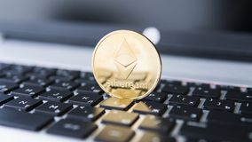 Χρυσό νόμισμα Ethereum σε ένα lap-top Crypto Ethereum νόμισμα σε ένα μαύρο πληκτρολόγιο lap-top Ψηφιακά χρήματα και εικονικός Στοκ εικόνες με δικαίωμα ελεύθερης χρήσης
