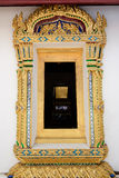 Χρυσό ξύλινο παράθυρο γλυπτικής κάτω από τη διαβασμένη στέγη Στοκ εικόνα με δικαίωμα ελεύθερης χρήσης