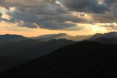 Χρυσό ορεινό ηλιοβασίλεμα στοκ εικόνες με δικαίωμα ελεύθερης χρήσης