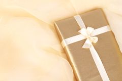 χρυσό παρόν δώρων Στοκ εικόνες με δικαίωμα ελεύθερης χρήσης