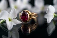 χρυσό παλαιό δαχτυλίδι στοκ εικόνα