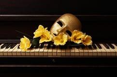 χρυσό πιάνο μασκών Στοκ φωτογραφία με δικαίωμα ελεύθερης χρήσης