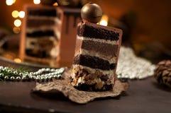 Χρυσό πιάτο σφαιρών σοκολάτας κέικ ριπών κομματιού εορταστικό στοκ φωτογραφίες με δικαίωμα ελεύθερης χρήσης