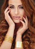 Χρυσό πορτρέτο της όμορφης γυναίκας Στοκ Φωτογραφία