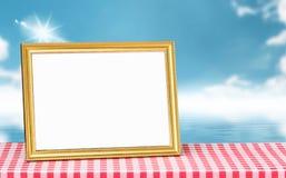 Χρυσό πλαίσιο εικόνων κόκκινο tabletop υφάσματος με το διάστημα αντιγράφων και Στοκ Εικόνες
