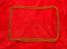 Χρυσό πλαίσιο Χριστουγέννων στο κόκκινο υπόβαθρο Στοκ φωτογραφία με δικαίωμα ελεύθερης χρήσης