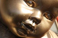 Χρυσό πλαστικό μωρό ψεκασμού - παιχνίδι χρωμάτων τέχνης κουκλών Στοκ Φωτογραφία