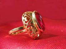 χρυσό ρουμπίνι δαχτυλιδ&iota Στοκ εικόνα με δικαίωμα ελεύθερης χρήσης