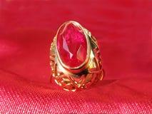 χρυσό ρουμπίνι δαχτυλιδ&iota Στοκ Εικόνες