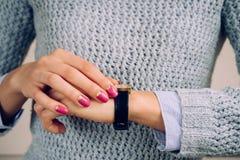 Χρυσό ρολόι με ένα λουρί δέρματος σε ετοιμότητα θηλυκό Στοκ Φωτογραφία